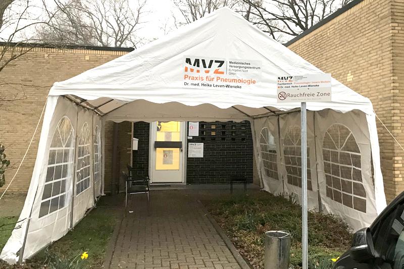 Coronavirus: Pneumologische MVZ-Praxis stellt zum Schutz ein Zelt auf - Image